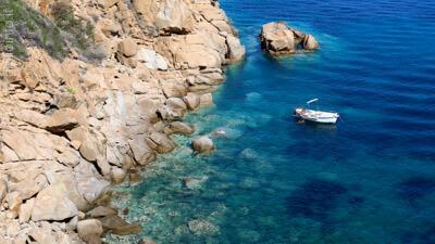 Barca in caletta all'Isola del Giglio