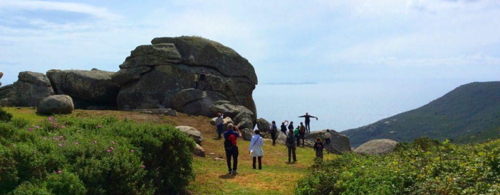 Gruppo di Escursionisti al sito megalitico della Cote Ciombella Isola del Giglio
